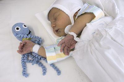 Choré bábätká v inkubátoroch strážia háčkované chobotničky