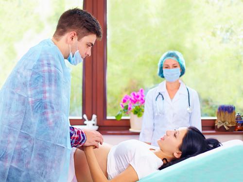Pôrodník: Tatkovia pôrodu nepomáhajú, sexuálny život zabitý