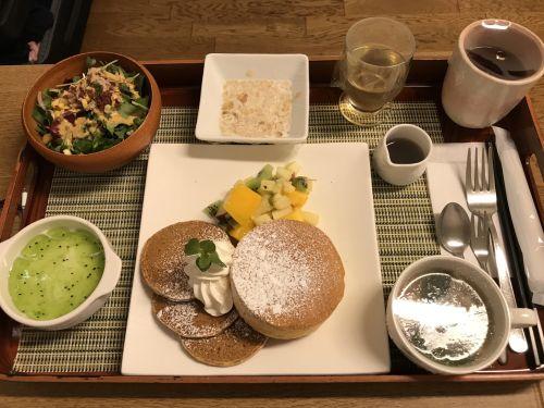 Jedlo v pôrodniciach: suchý rožok vs. palacinky a plody mora