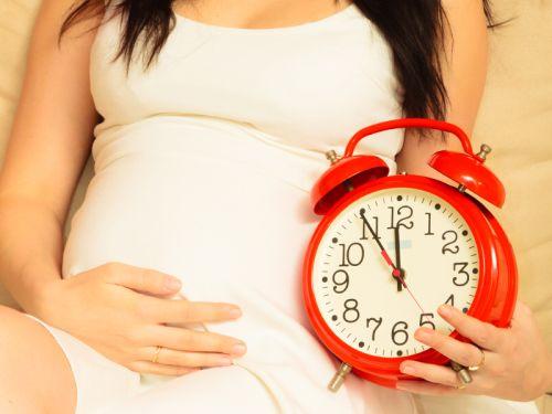 10 prirodzených metód, ako naštartovať pôrod